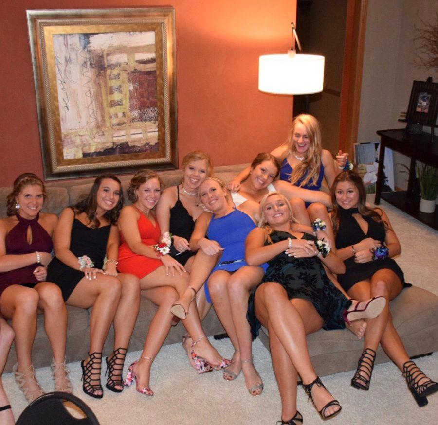 Claire+Delaney+and+friends+pose+before+homecoming.+Linn+Willey+Photo.